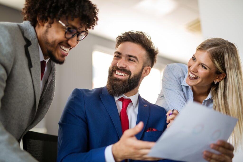 Aumente a motivação profissional: maneiras de elogiar a sua equipa